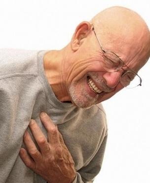 У пожилого мужчины боль в области груди