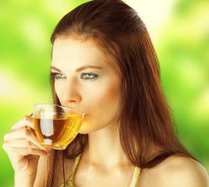 Девушка пьет отвар из грудного сбора