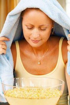 Женщина делает ингаляцию при гранулезном фарингите