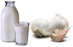 Молоко и чеснок - ингредиенты для приготовления народного средства от острого фарингита