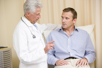 Врач рассказывает пациенту про осложнения после ангины