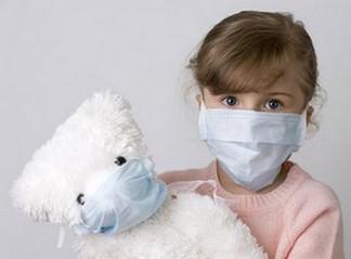 Маленькая девочка, чтобы не заразиться ангиной наела гигиеническую повязку