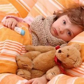 Больной ребенок в кровати