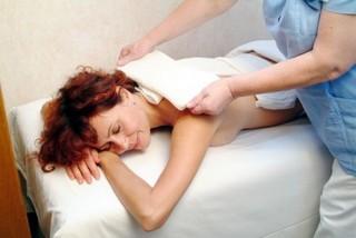 Женщине ставят на спину компресс