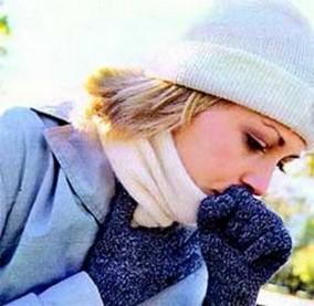 Женщина кашляет на морозе