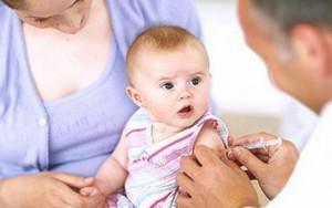 Врач делает прививку младенцу