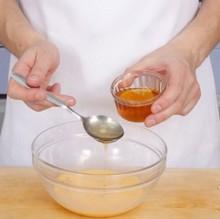 Наливаем ложку меда в миску