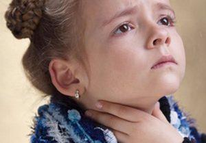 У девочки болит горлр