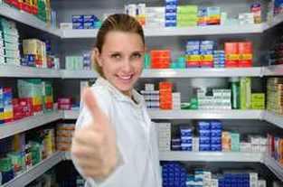 Довольная женщина в аптеке