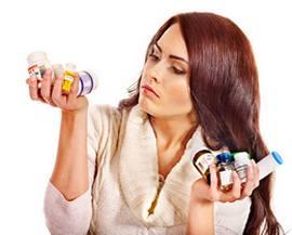 Женщина рассматривает антибиотики