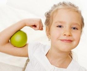 Девочка с сильным иммунитетом и яблоко