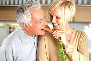 Мужчина ест свежие овощи