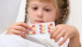 Девочка держит в руках антибиотики