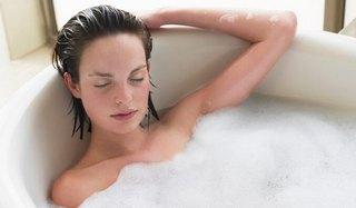 Женщина принимает ванну при гриппе