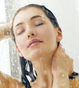 Женщина принимает душ при гриппе