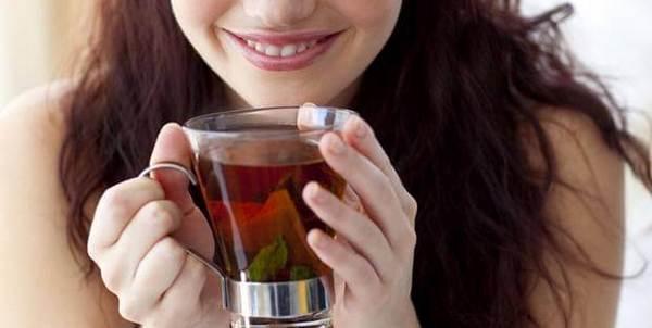 Девушка пьет теплый чай