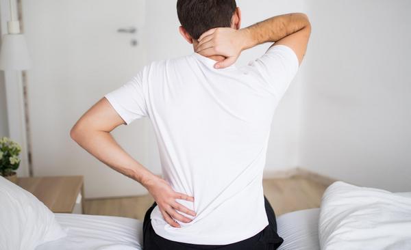 У мужчины болит спина и поясница