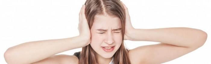 Девушка заткнула уши руками и зажмурилась