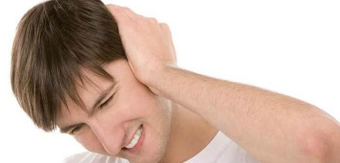 У мужчины боль в ухе