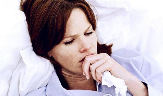 Женщина кашляет сутра лежа в постели