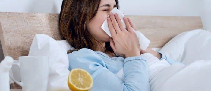 Простуженная девушка в постели