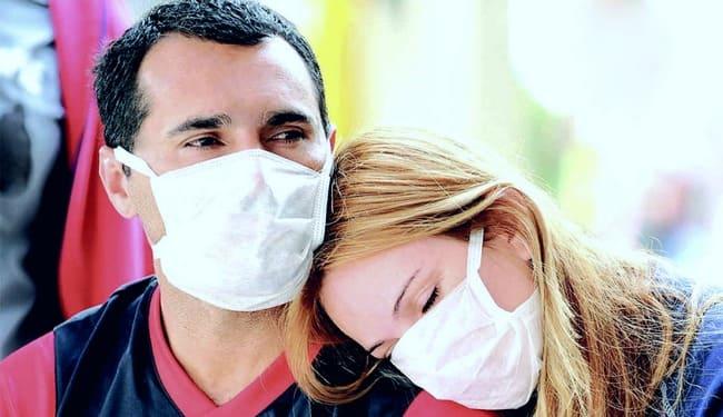 Мужчина и женщина в гигиенических масках
