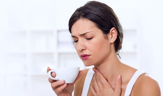 Женщина с больным горлом собирается делать полоскания