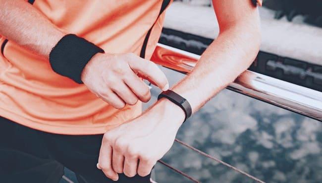 Спортсмен смотрит на часы
