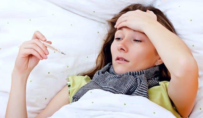 Девушка лежит в постели с упадком сил