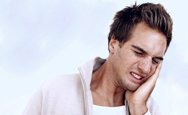 У парня заболел зуб