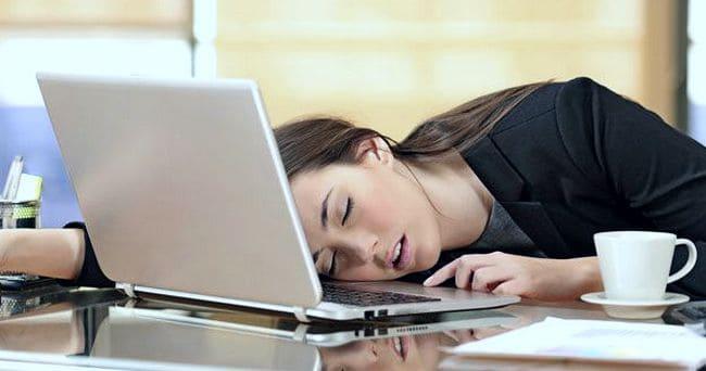Девушка уснула за ноутбуком на работе