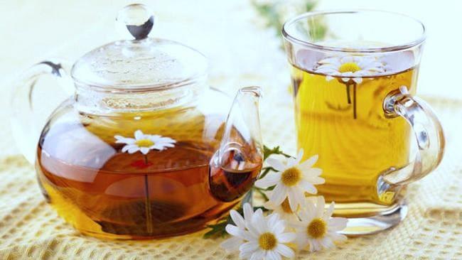 Чашка и чайничек травяного чая