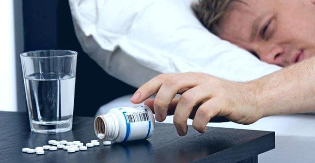Мужчина высыпал таблетки из контейнера
