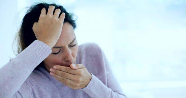 Женщина при кашле закрывает рот ладошкой