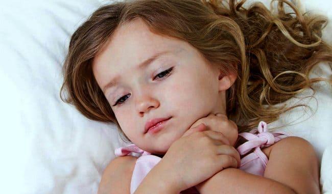 У маленькой девочки болит горло