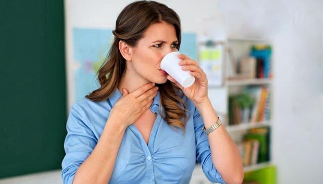 Женщине больно глотать при питье