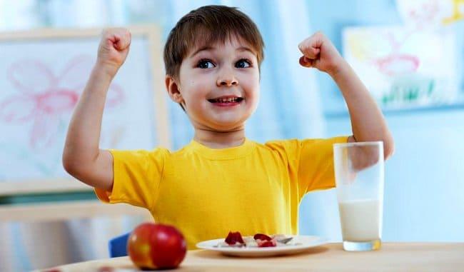 Активный ребенок перед пустой тарелкой