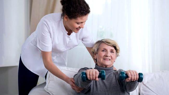 Пожилая женщина делает упражнения