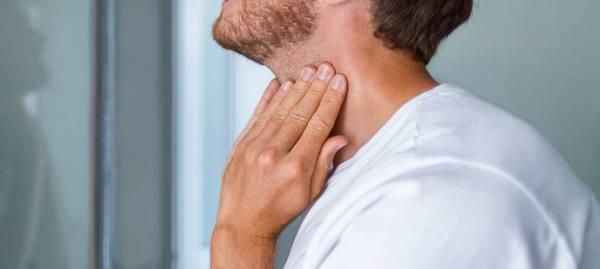 У бородатого мужчины отекло горло